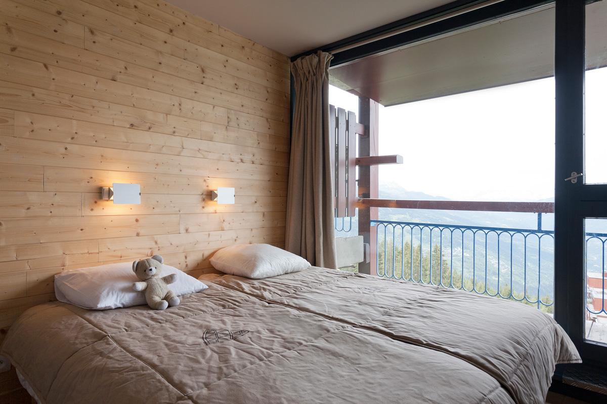 habillage du mur crépi avec du bois en lames horizontales pour
